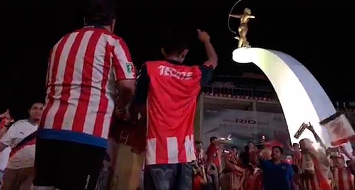 Acapulqueños festejan en La Diana el triunfo de Las Chivas